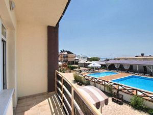 Готель з басейном Залізний Порт