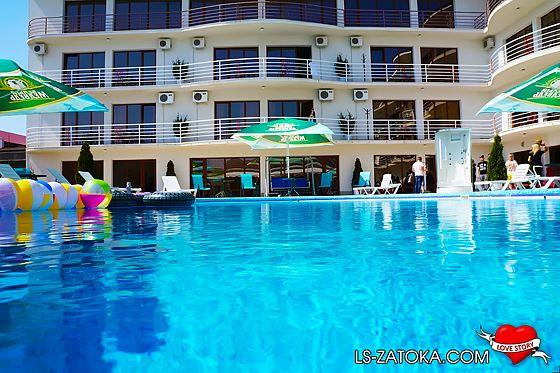 Затока готелі з басейном