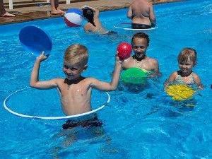 Генгорка Пападеморе діти в басейні