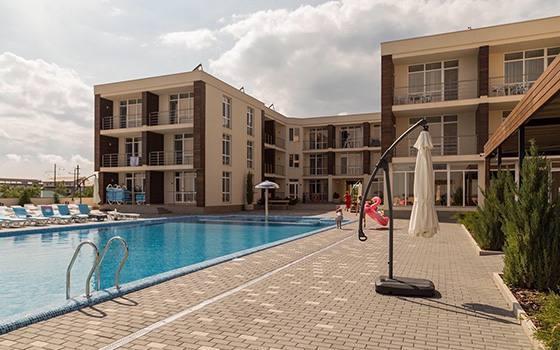 Готель з басейном Затока