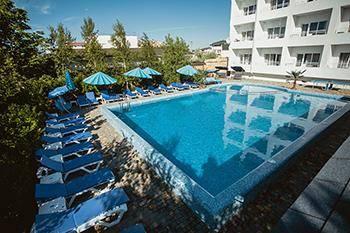 Затока готелі зі своїм басейном