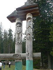 Озеро Синевир, скульптура «Синь та Вир»