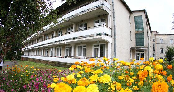 """Сестри-готельєрки з Прикарпаття """"розпиляли"""" дві третини мільйона від реабілітаційного центру"""